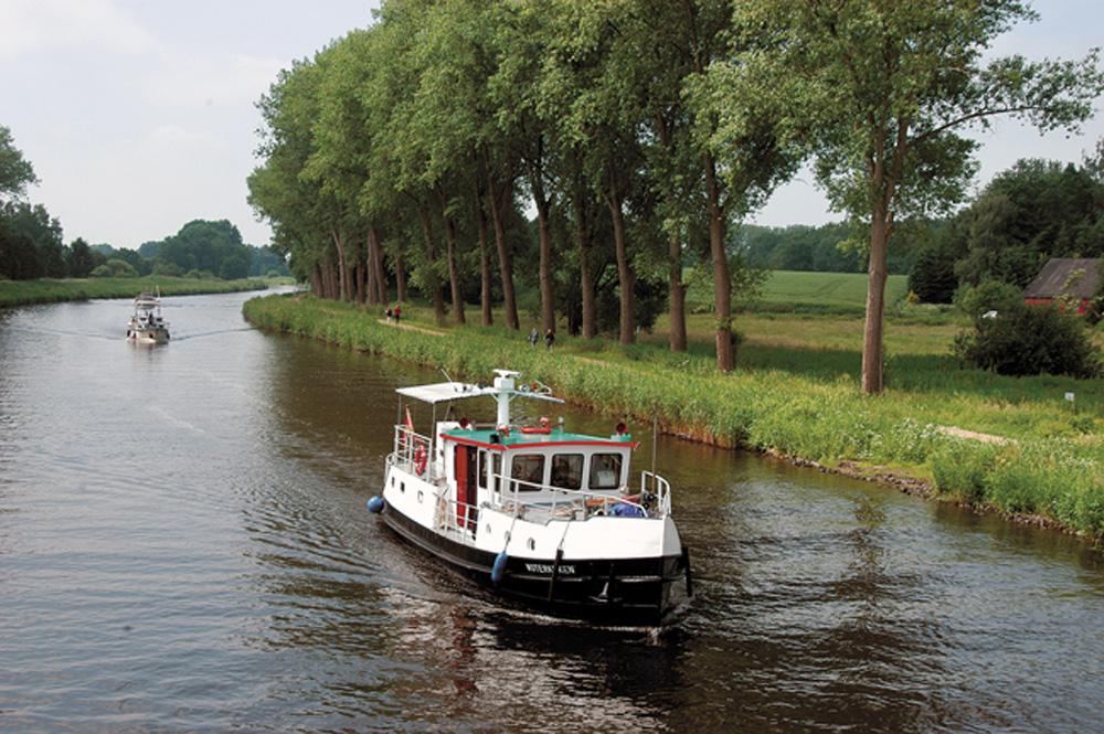 Barkassen auf dem Elbe-Lübeck-Kanal